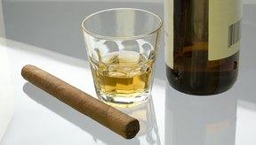 El beber alcohol y el fumar son causas comunes que producen gastritis.