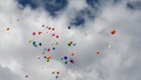 Los globos de helio flotan porque son más ligeros que el oxígeno.