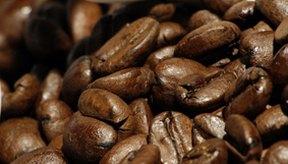 La cafeína estimula el sistema nervioso central, lo cual aumenta el ritmo cardíaco.