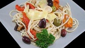 La dieta mediterránea enfatiza en verduras, granos enteros y grasas saludables.