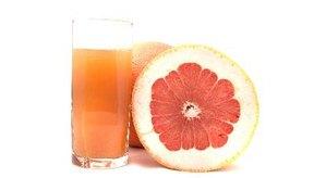 El jugo de pomelo es generalmente sano para beber durante el embarazo.