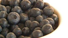 Durante un ataque de diverticulosis, evita los alimentos ricos en fibras, como los arándanos y el apio.