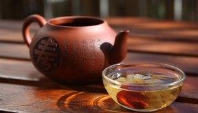 Disfruta una taza de té de hierbas sin cafeína.