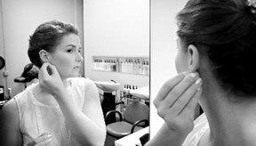 Algunos tipos de gotas eliminan el exceso de cera en los oídos.