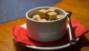 Un exfoliante de azúcar morena se puede usar en casa para tratar el acné.