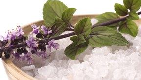 Las sales marinas combinadas con agentes botánicos pueden crear una relajante experiencia de spa.