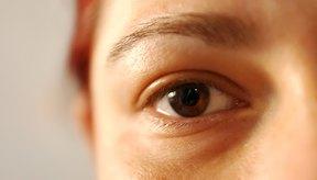 Con el tiempo, la piel delicada debajo de tus ojos puede volverse arrugada o formar bolsas.