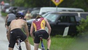 Practica subir y bajar de tu bicicleta, para cobrar seguridad y ahorrar tiempo durante las transiciones.