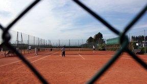 Una cancha de tenis de tierra batida.