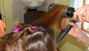 El cabello teñido y dañado a menudo se decolora, resultando en una apariencia de dos tonos.