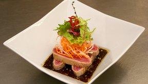 A diferencia del sushi, el sashimi no está enrollado en arroz, que es muy alto en carbohidratos.
