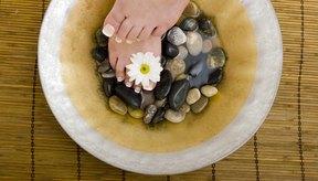 Un baño de pies con sales de Epsom alivia el dolor en los pies.