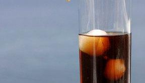 El alto contenido de ácido en alimentos como la gaseosa oscura en la dieta puede agravarte la cistitis intersticial.