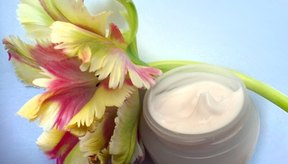 Las cremas faciales con péptidos pueden reducir las arrugas y reafirmar la piel.