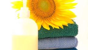 Personaliza tu limpiador facial diario con aceites esenciales que beneficien a tu tipo de piel.