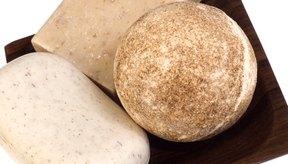 Los jabones hechos en casa usando aceites esenciales son nutritivos para la piel.