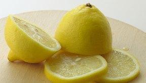 Aunque el jugo de limón es ácido, una vez que tu cuerpo lo metaboliza, tiene un efecto alcalinizante en la orina.