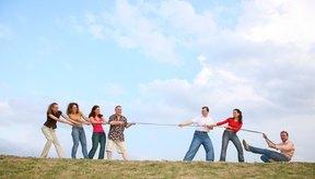 El juego de jalar la cuerda es divertido y retador.