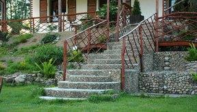 Puedes usar las escaleras en tu casa para realizar ejercicios de soporte de peso.