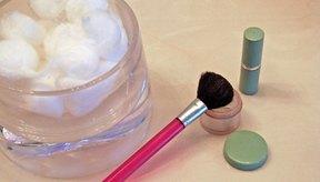 Aplica el tipo correcto de maquillaje para esconder las manchas de la edad.