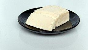 Todos los quesos contienen caseína pero algunos pueden no contener lactosa.