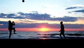 Los juegos de voleibol que simulan situaciones de juego en los partidos pueden ser divertidos y útiles.