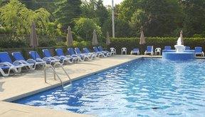 Debes esperar que los niveles de cloro se reduzcan luego de vertirlos en la piscina.