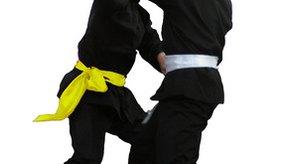 Usa un muñeco de entrenamiento de defensa personal para practicar lanzar golpes y luchar.