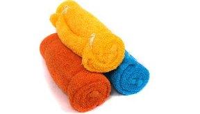Coloca una toalla en agua caliente y escúrrela.