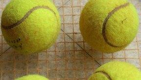 Raqueta y pelotas de tenis.