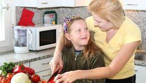 Puedes involucrar a tu familia en la preparación de la comida saludable.