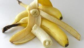 Usa plátanos para hacer una máscara para tu cabello.
