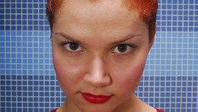 Utiliza elementos comunes caseros para eliminar las manchas de tinte de cabello en la piel.
