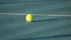 Pelotas de tenis, raquetas y cuerda son las piezas mas importantes del equipo de tenis.