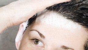 Lavar el cabello con champú con mucha frecuencia puede afectar la grasitud del pelo.