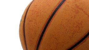 En el baloncesto los sustitutos deben esperar hasta que les hagan la señal para entrar en la cancha.