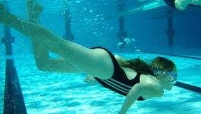 El cloro de las piscinas puede irritar una perforación reciente en el ombligo.