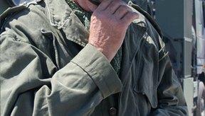 Los veteranos deben cumplir con ciertos requisitos para obtener una prótesis auditiva del VA.