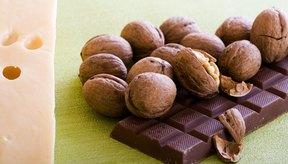 El chocolate y los frutos secos son ricos en arginina.