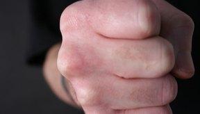 Comienza haciendo un puño con tu mano.