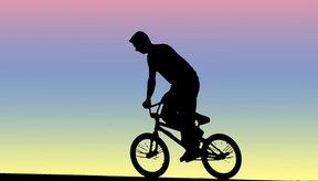 Ejercitar en una bicicleta fija ofrece los mismos beneficios que hacer ciclismo en exteriores.