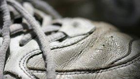 Deja tus zapatos tenis sucios de color blanco  de nuevo con una limpieza a fondo lavándolos a mano.