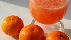 Las naranjas con pieles delgadas por lo general tienen más jugo que aquellas con pieles gruesas.