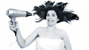 El uso constante de secadores calientes y herramientas de modelado puede ser nocivo para el cabello, dejándolo seco y grueso.