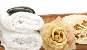 Aplica vapor en los puntos negros usando una toalla para el rostro de tejido de rizo.