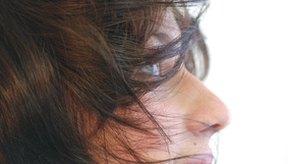 El acné empieza en tus folículos pilosos y el cabello sobre tu cara puede irritarlo.