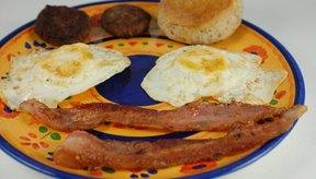 Los alimentos para el desayuno que no son saludables son altos en azúcar, colesterol, grasa y sodio.