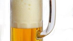 Una lata de cerveza ligera reduce el número de calorías y carbohidratos, si bebes cerveza.