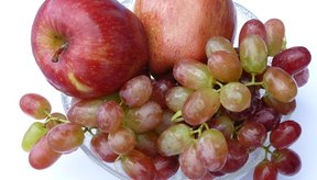 Los monosacáridos o azúcares simples -una característica de los carbohidratos- se encuentran en las frutas.