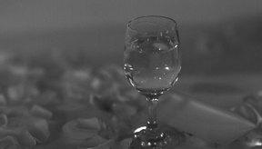 Si estás buscando ahorrar calorías, el vodka y el vino pueden ser buenas opciones.